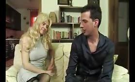 Anna, mamma puttana gode con il giovane figlio in porno incesto italiano