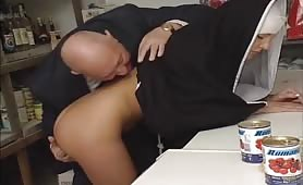 Suora peccaminosa si fa leccare i piedi e sega un vecchio maialone