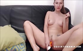 Ragazza inglese squirting a gambe larghe