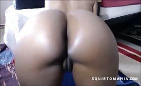 Negra culona con il vibratore mostra il culo