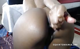 Negra con culo scultoreo si incula in cam con vibratore