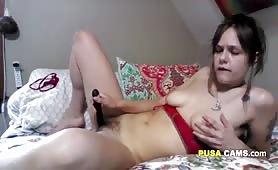 Ragazza brutta si masturba in cam con il vibratore