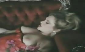 Milf bionda maggiorata inculata in lingerie sexy in porno classico