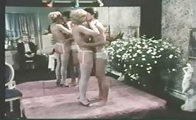 Orgia porno classico con milf inculate