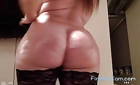 Una mora sexy paffuta cavalca un dildo in webcam