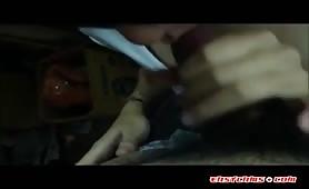 Cutie cinese succhia il cazzo nel bagno pubblico