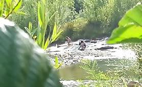 Coppia nuda in riva la fiume