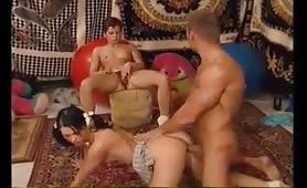 Due giovani troiette col lecca lecca godono in orgia porno vintage