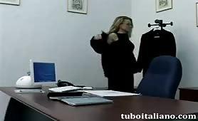 Federica Tommasi occhialuta manager scopata in ufficio