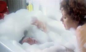 Edwige Fenech - scena in vasca da bagno nella La patata bollente