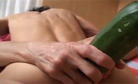 Sorella troia matura e la zucchina nel culo