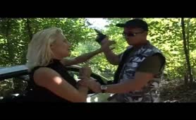 Bionda milf abusata nel bosco da due uomini davanti al fidanzato