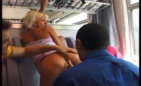 Orgia e pompini nel treno per insazziabile ninfomane