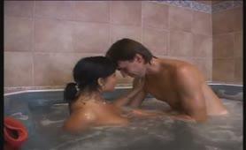 Chiavata in doccia ed in vasca con l'amante grassa