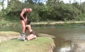 Giovane esibizionista ungherese inculata al fiume