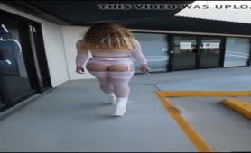 Denise esibizionista milanese in lingerie per le strade americane