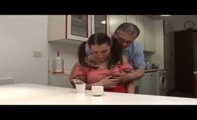 La figlia grassa fottuta dal padre porcello
