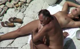 Coppia matura spiata in spiaggia....