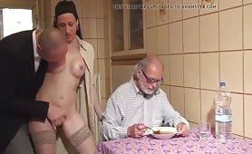 Anziano fa scopare la badante dal figlio mentre lui fa pranzo