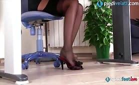 La segretaria in ufficio fa la troia con i piedi