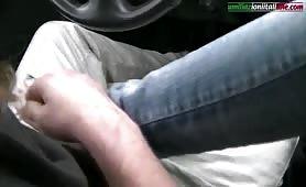 Piedi sui coglioni mentre guida