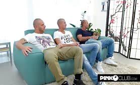 La milf pugliese Malena in sexy lingerie gang bang sul divano