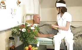 La teen occhialuta infermiera perversa pompino al vecchio