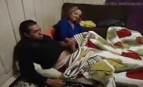 Sega il cazzo all'amico del marito che guarda