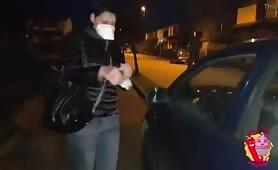 Moglie scopata a pecorina in auto con la mascherina