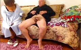 La nonna fa un bocchino al nonno