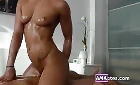 Bionda arrapata lo scopa durante un massaggio nuru