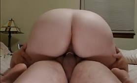 La ragazza paffuta Sharon mostra il suo culo formoso mentre cavalca una cowgirl