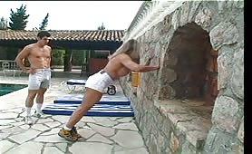 Francesca la culturista zoccola inculata in piscina