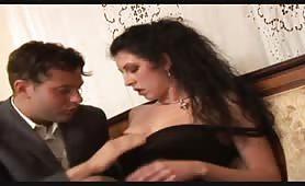 Alessia Roma, nei panni di una vedova consolata da stallone in porno italiano