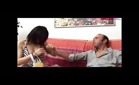 Giovane prostituta spompina il padre magnaccia