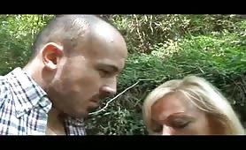 Francesca Torri, cougar eccitata scopa nel bosco