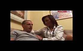 Ragazzo italiano si scopa la mamma sul divano