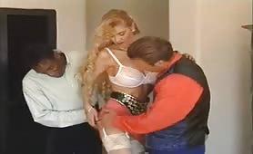 Sibylle Rauch, pornostar tedesca gode in orgia interraziale con doppia penetrazione