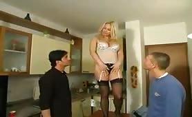 Clarissa Salvi, una zia zoccola gode in orgia incestuosa in cucina